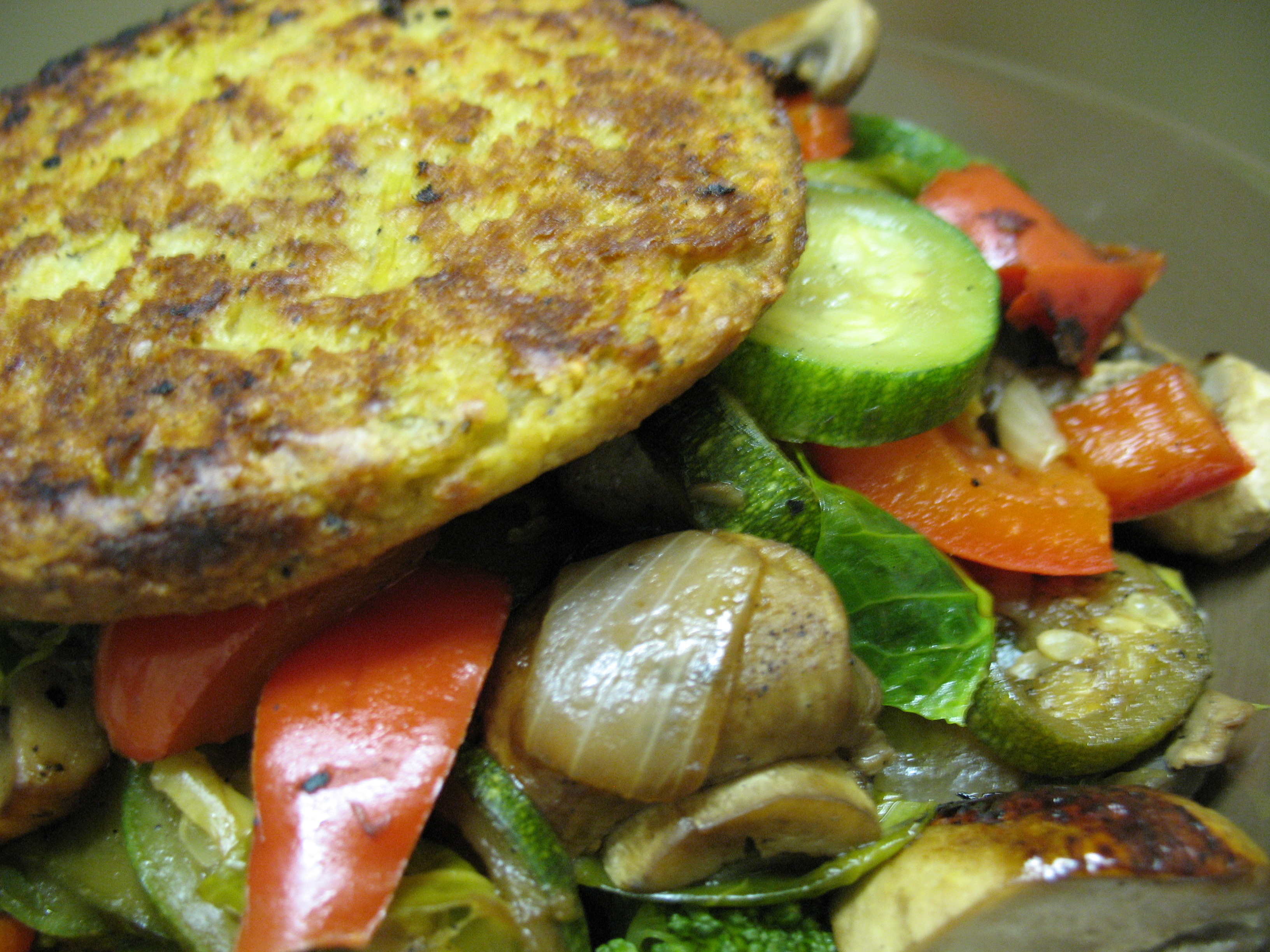 Burger HEAB style - no bread and served atop a mound 'o veggies.